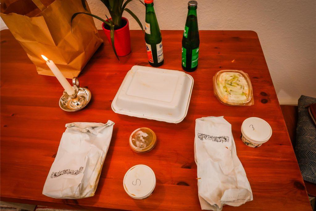 Hähnchenschenkel, Saucen, Salat und der Mix aus Reis, Kochbanane und Yamwurzel sind separat verpackt.
