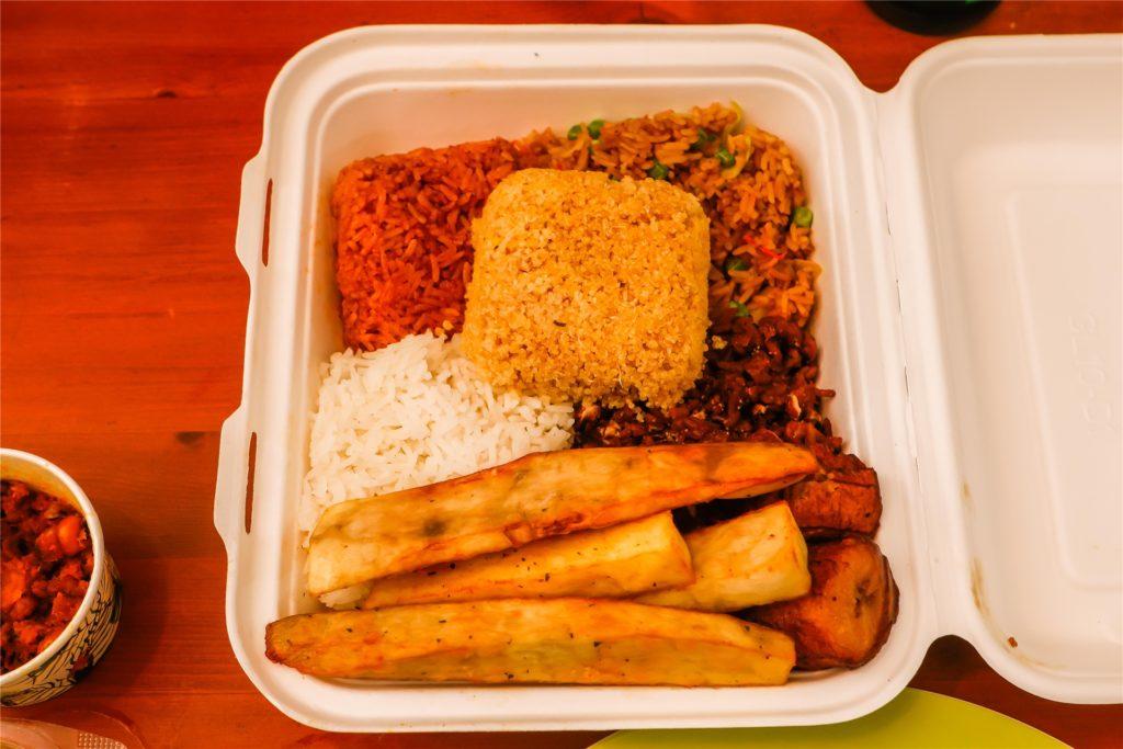 Reissorten, Yamwurzeln, Kochbananen und der geriebene Maniok kommen in einer -Box.