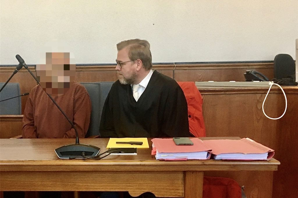 Der Angeklagte mit seinem Verteidiger Marcus Herberholz