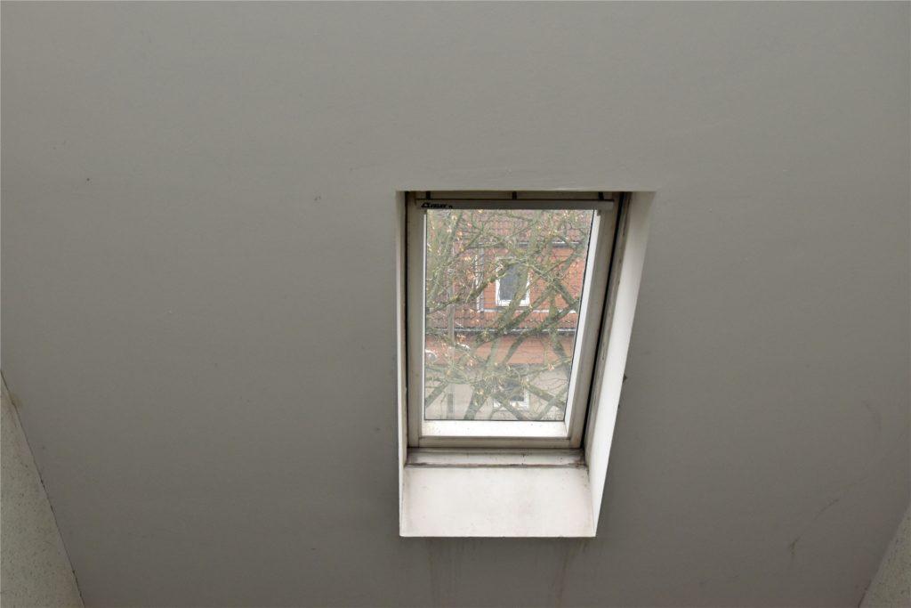 Das Fenster am Rübezahlweg eine Häuserreihe weiter hat keinen Motor, der im Notfall das Fenster automatisch aufstellt.