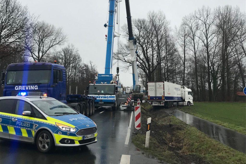 Für die Bergung des Lkw war die Straße zwischenzeitlich gesperrt.