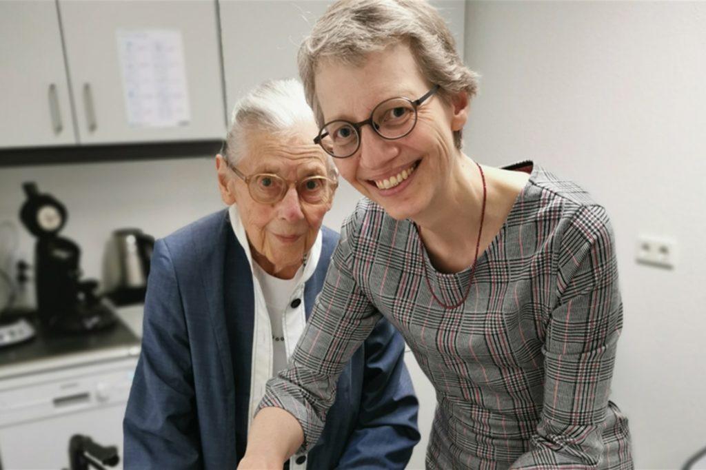 Fritzi Bimberg-Nolte und ihre Tochter Petra Pientka bei einer Familienfeier. Bis zum vergangenen Jahr ging die 89-jährige Fritzi Bimberg-Nolte noch täglich ins Büro.