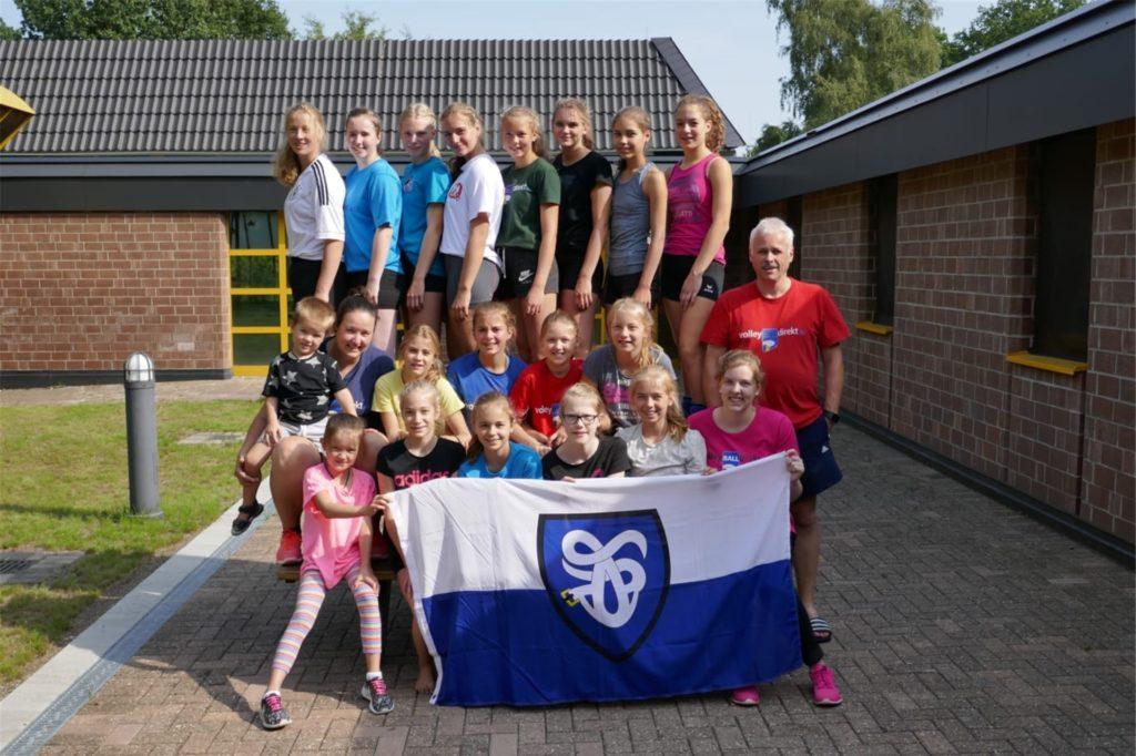 Der Förderverein der ATV-Volleyballer unterstütz den Hautverein auch immer bei den Fahrtkosten zu Trainingslagern, hier 2017 in Hinsbeck.