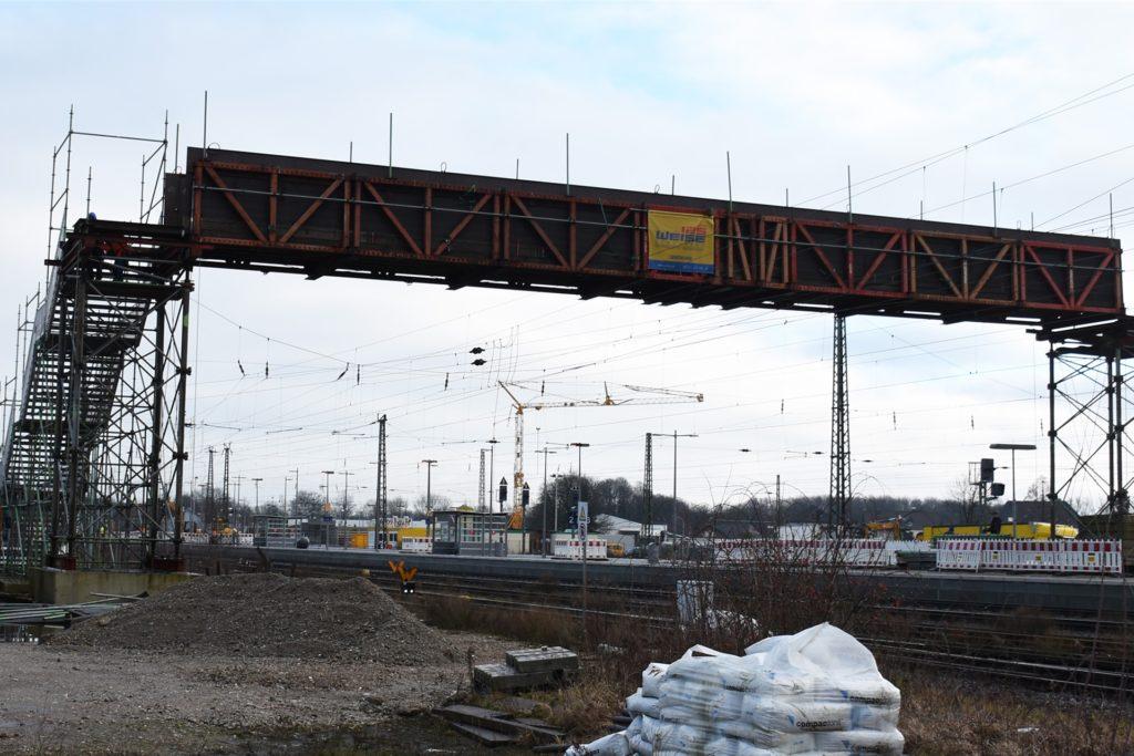 Die Stahlkonstruktion, die zum Mittelbahnsteig führte, wird in diesen Tagen abgebaut.