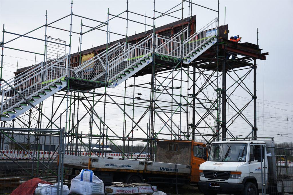 Die Behelfsbrücke hat ausgedient und wird abgebaut.