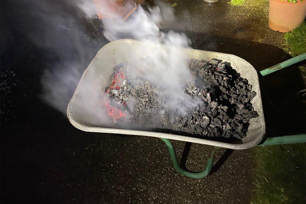 Bei einem Kaminbrand wie an der Schneidemühler Straße fegt die Feuerwehr den Kamin solange, bis er wieder kalt ist.