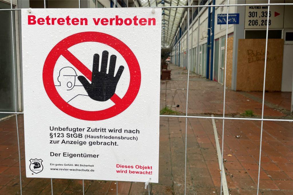 Die Hinweisschilder zeigen eindeutig: Dieses Gelände darf nicht betreten werden.