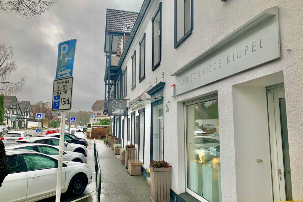 Zahlreiche kleinere Geschäfte säumen die Kirchhörder Straße in Lücklemberg.
