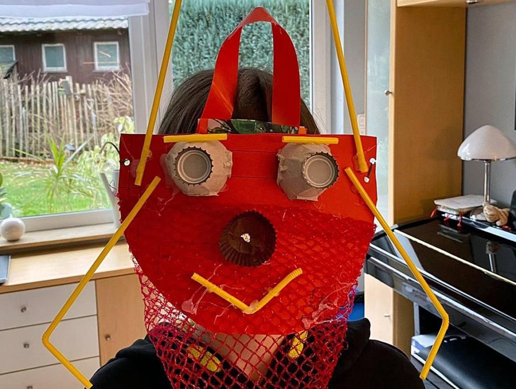 Nicht ganz FFP2, aber ungewöhnlich: Die Maske aus Müll.