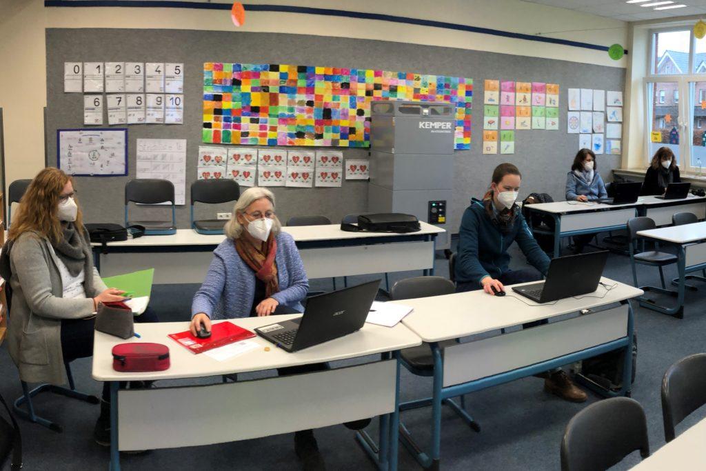 Erst Einsatz der Luftreiniger: Bei einer Fortbildung des Kollegiums der Gescher-Dyk-Schule waren die Lehrerinnen einhellig der Meinung: Das leise Brummen des Gerätes an der Rückwand des Klassenzimmers stört die Konzentration nicht.