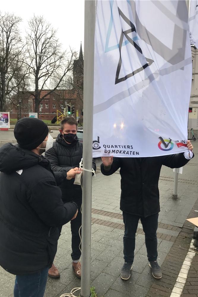 Am Wilhelmplatz in Dorstfeld wehen nun neue Fahnen als Zeichen gegen Antisemitismus.