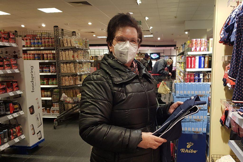 Die Dortmunderin Margarete Weiß (71) hat sich mit dem Tragen der FFP2-Maske beim Einkauf abgefunden.
