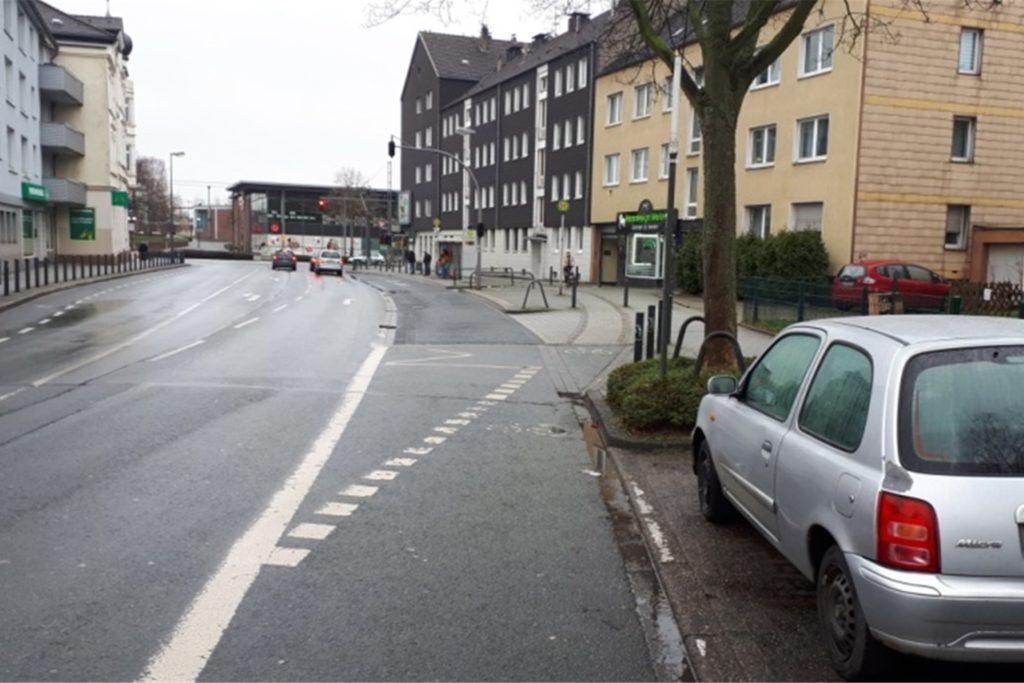 Auf der Bergstraße werden Radfahrer mittels einer gestrichelten Linie von der Straße auf den Gehweg gelotst