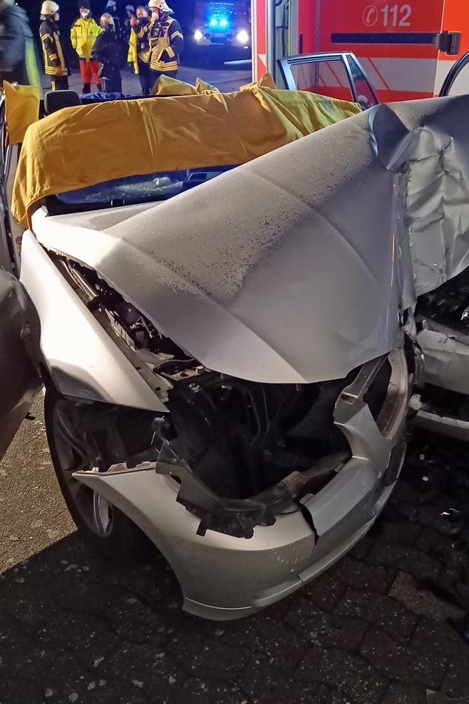 Das Dach des Unfallfahrzeugs musste von den Feuerwehrleuten abgeschnitten werden, damit der schwer verletzte Fahrer aus dem Auto geholt werden konnte.