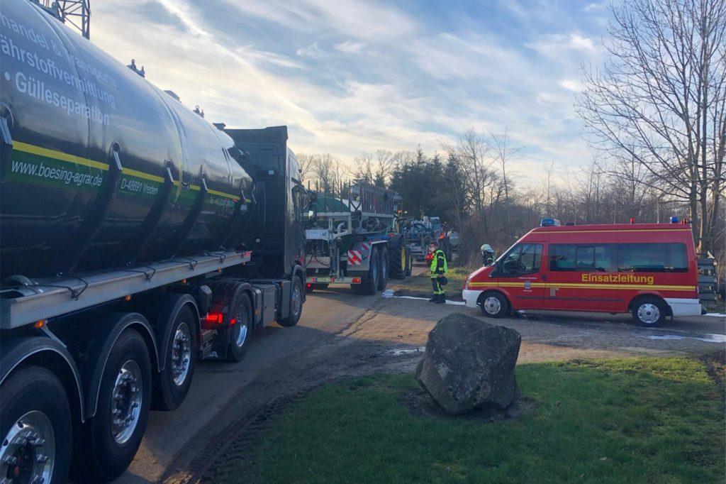 Mit Unterstützung von Tankwagen wurde der leckgeschlagene Güllebehälter leergepumpt.
