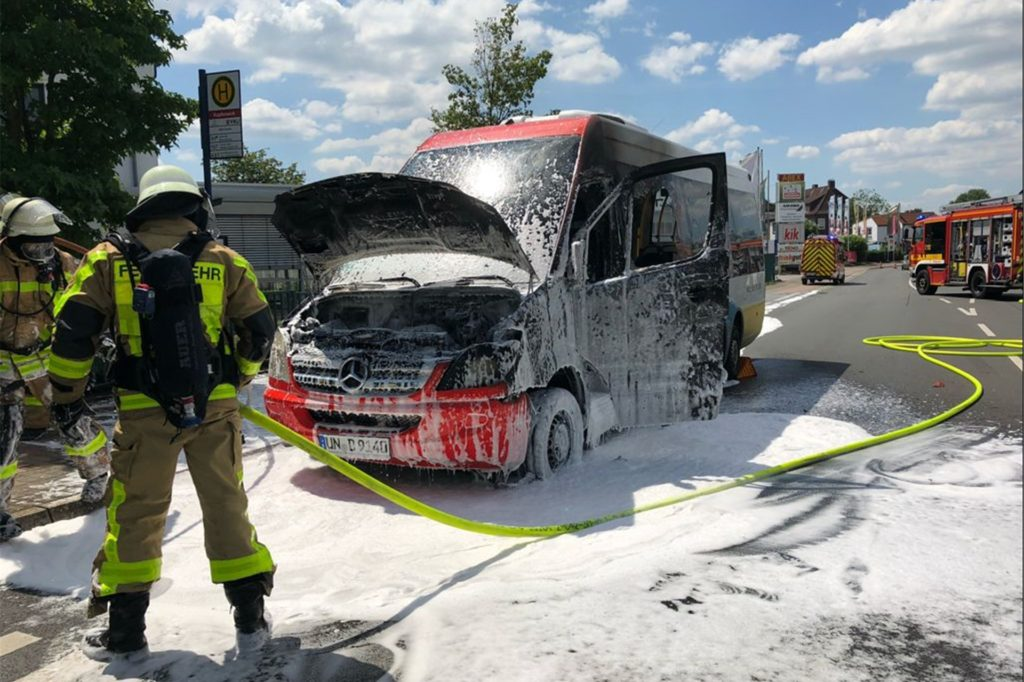 Am 25. Juni hatten es die Einsatzkräfte der Feuerwehr Lünen nicht weit: Ein Linienbus der VKU war auf der Kupferstraße, in unmittelbarer Nähe der Feuer- und Rettungswache, in Brand geraten. Personen kamen nicht zu Schaden.