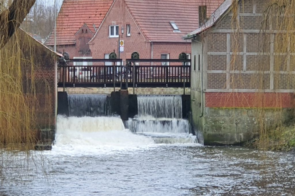 Derzeit ist die Dinkel gut gefüllt. Das Wasser schießt durch das geöffnete Wehr. Doch wie sieht das im kommenden Sommer aus?