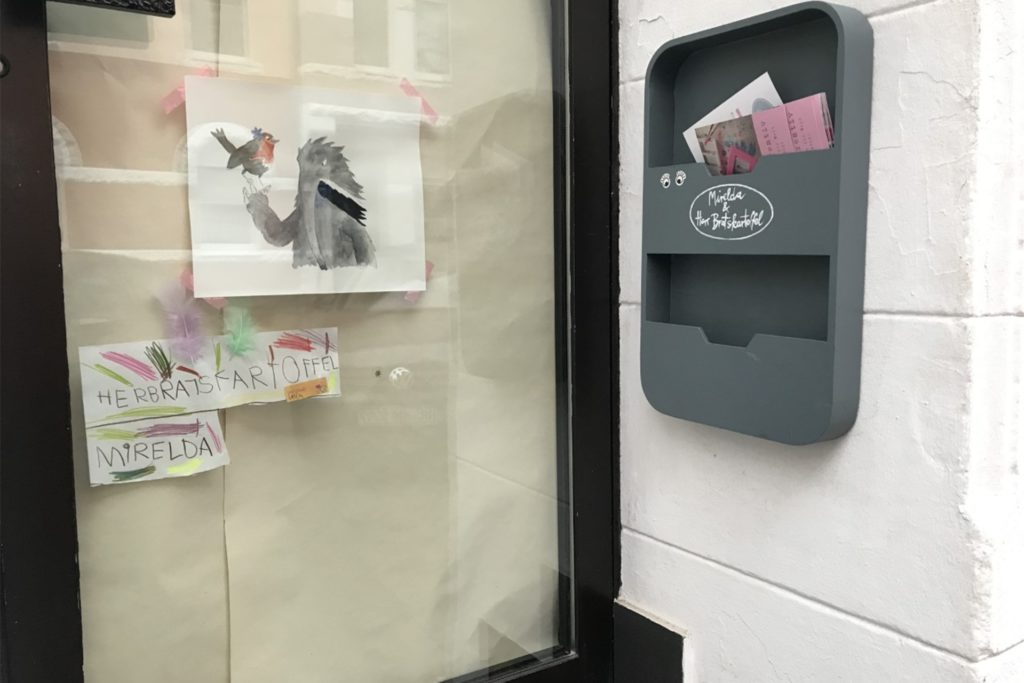 Ein paar Flyer sind noch zu haben neben der Eingangstür. Das Kreativcafé hat allerdings dauerhaft geschlossen.