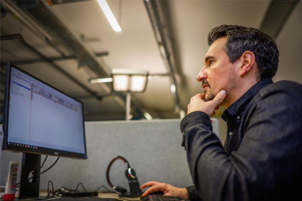 Produktchef Christian Gerstenberger plant die Themen des und ihre Ausseteuurung über die verschiedenen Kanäle: Print, Online, Soziale Medien, Newsletter, Podcast, Video.