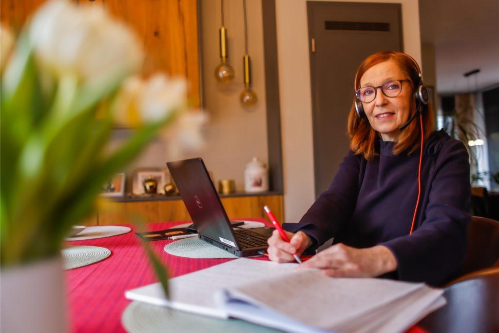 Recherche im Homeoffice: Chefreporterin Gaby Kolle lässt ihre Kontakte spielen.