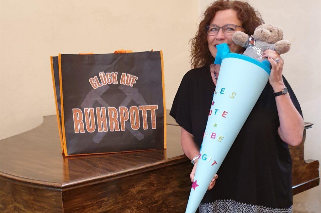 Abschiedsgeschenke ihrer Bochumer Gemeinde - für Birgit Leimbach gab es eine Schultüte für den Start in Lünen.