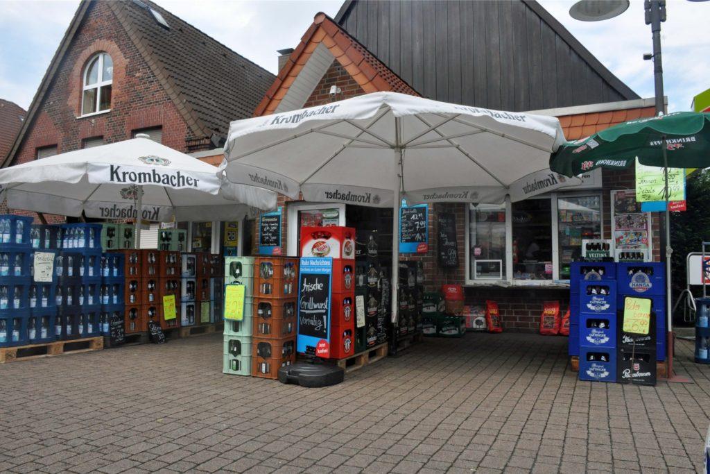 Ein gewohntes Bild im Borker Alltag: Getränkekisten stehen vor dem Kiosk an der Hauptstraße.
