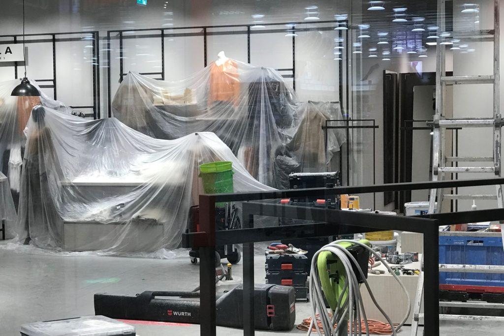 Die S1-Mode wird vor Staub geschützt, denn derzeit läuft die Erweiterung des Ladenlokals.