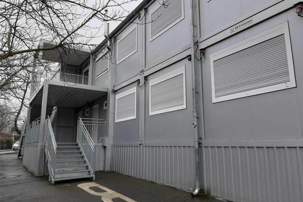 Die Schule wird derzeit aufwändig saniert. Damit das überhaupt geht, müssen Schülerinnen und Schüler vorübergehend in diese Container ausweichen.