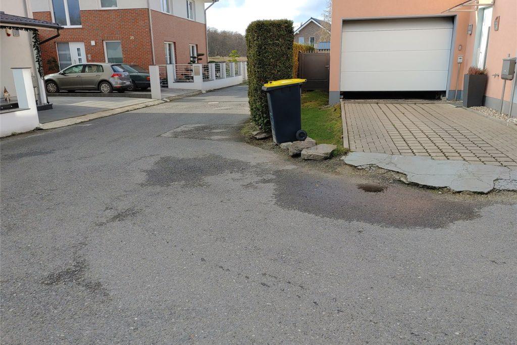 Die Anwohner wünschen sich, dass der provisorische Straßenbelag ausgebessert wird.
