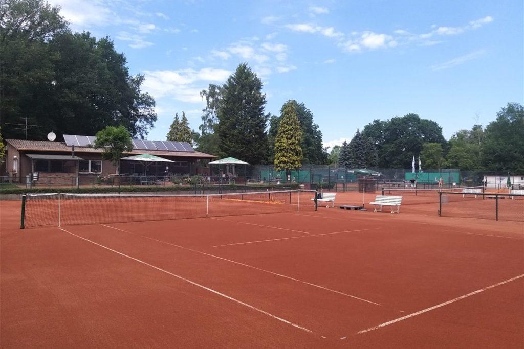 Die Sand- und Ascheschicht der Tennisplätze des SV Blau-Weiß Alstedde sollen demnächst erneuert werden.