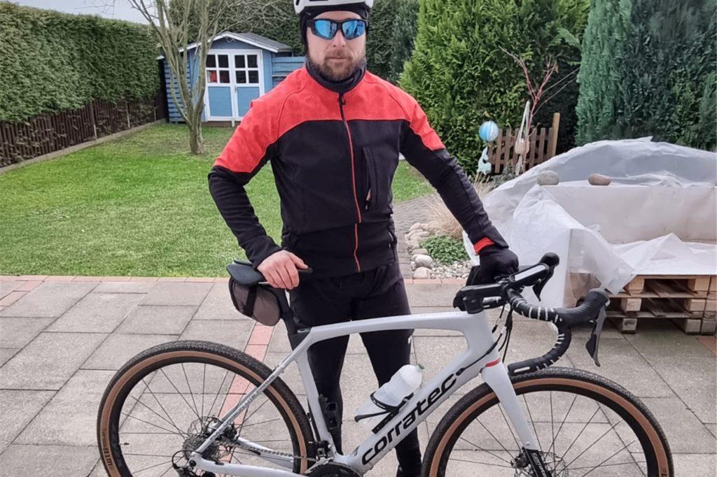 Der 33-Jährige hat sich ein Gravelbike angeschafft - eine Mischung aus Rennrad und Mountainbike.