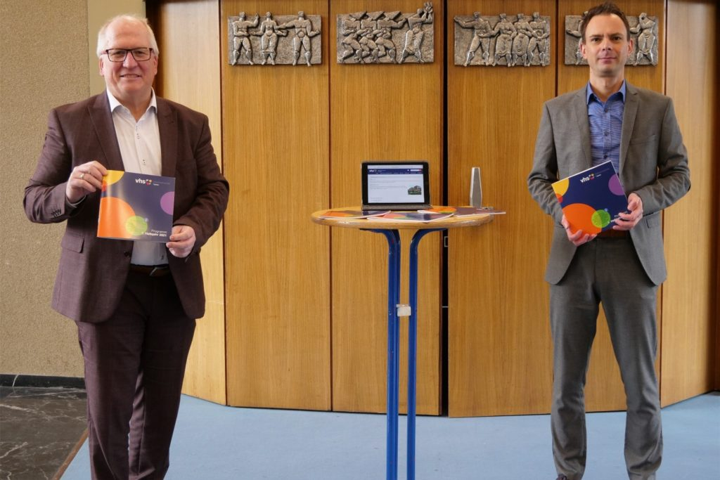 Bildungs- und Kulturdezernent Horst Müller-Baß (l.) hat gemeinsam mit VHS-Leiter Rafael Schönhold (r.) das neue Programm der VHS vorgestellt.