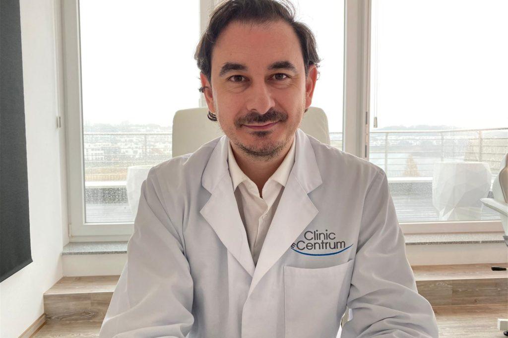 Professor Evangelos Sarantopoulos ist Schönheitschirurg in der Clinic im Centrum am Phoenix-See.