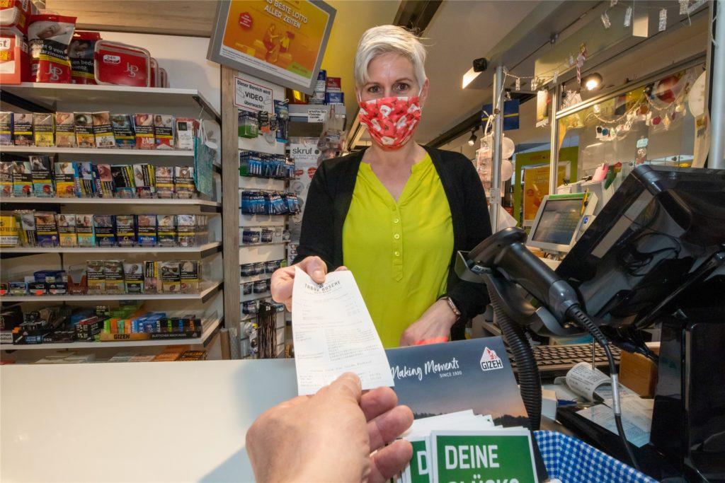 Lottospieler aus Tippgemeinschaften gehören zu den wenigen Kunden, die immer auch einen Bon mitnehmen möchten, sagt Karin Dieker.