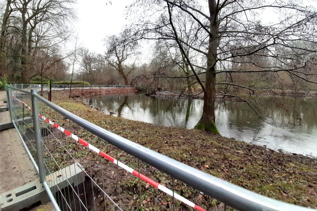 Derzeit stehen Absperrgitter auf der einen Seite des Gewässers.