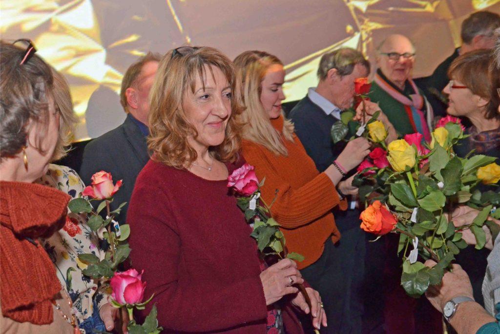 """Blumen für die Lesenden gab es bei einer früheren Veranstaltung von """"Lyrik und Linsensuppe""""."""