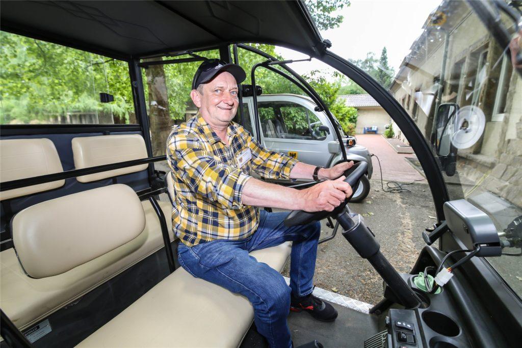 Mit den Elektromobilen vom Hauptfriedhof richtet die Stadt einen Fahrservice zum Impfzentrum auf Phoenix-West ein.