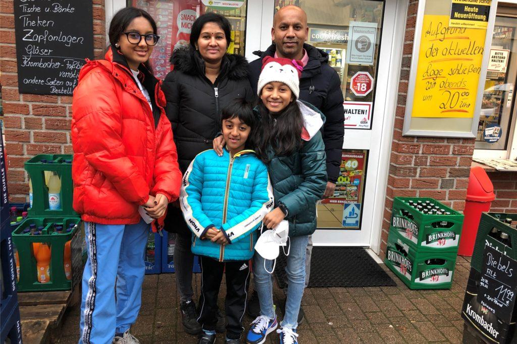 Yasokumar Muneeswarakandan und seine Frau Jeyamathy Yasokumar mit ihren Kindern (vorne v.l.) Vaishnavi, Awinaya und Karikalan werde bald auch nach Bork ziehen.