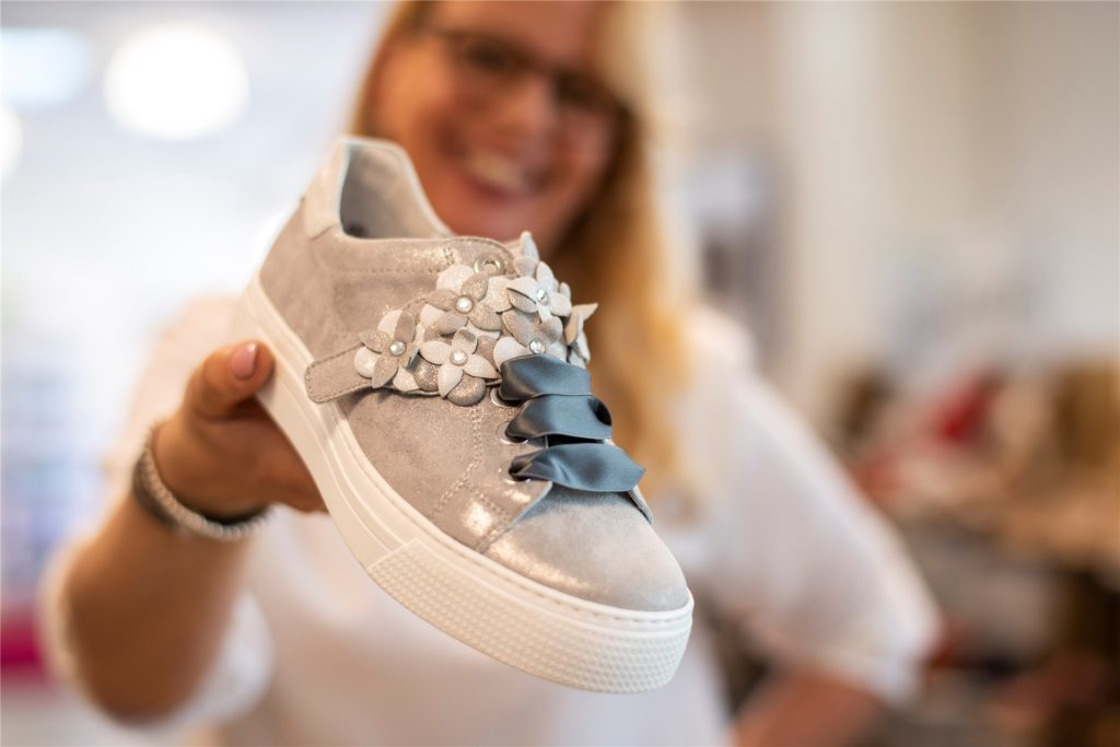 Bequeme Schuhe können ganz schön modisch sein. Christiane Schroer wird das bald in der Innenstadt präsentieren.