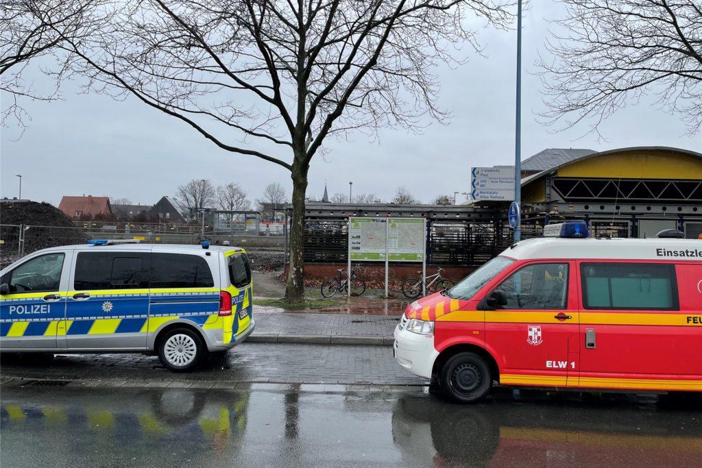 Feuerwehr und Polizei sichern die Fundstelle ab,