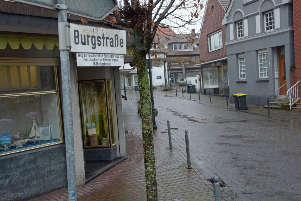 Im Falle der Burgstraße erschließt sich die Herkunft des Namens recht schnell.