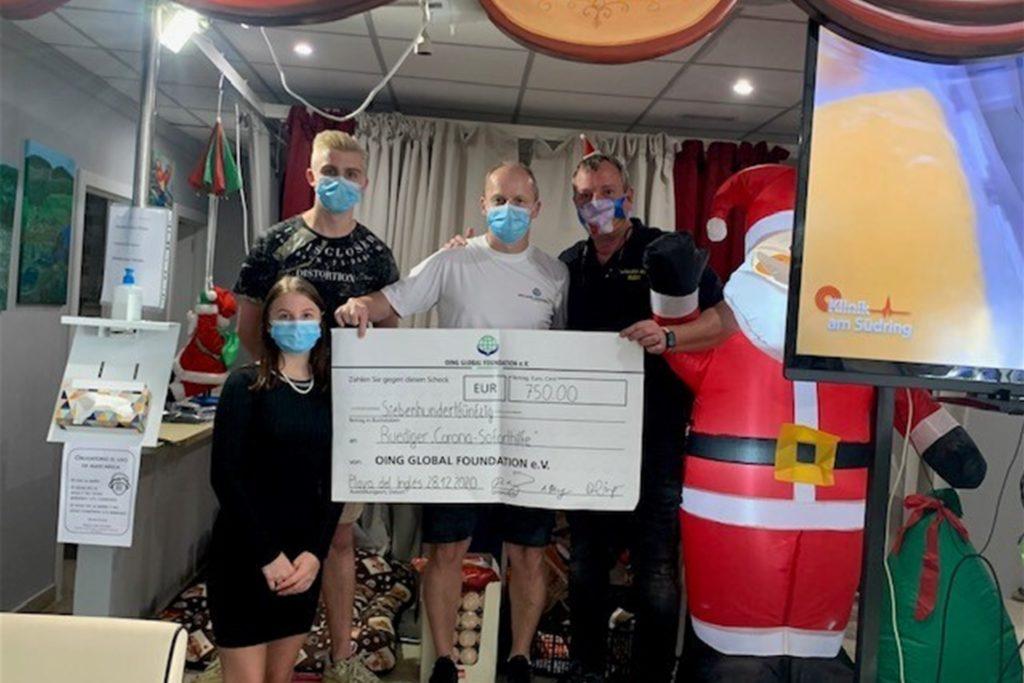 Hannah und Dennis Oing übergeben mit ihrem Vater David Oing eine Spende für ein Tafel-Projekt auf Gran Canaria.