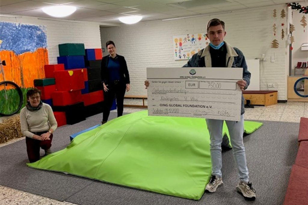 Der Südlohner St.-Vitus-Kindergarten erhielt eine Spende von der Oing Global Foundation für die Anschaffung einer Spielmatte.