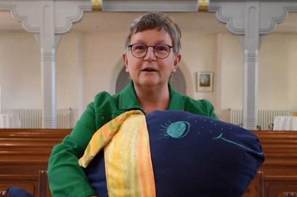Pfarrerin Friederike Scholz-Druba weist auf einige Kontaktmöglichkeiten hin, die in der evangelischen Kirchengemeinde Brambauer aufgebaut wurden.