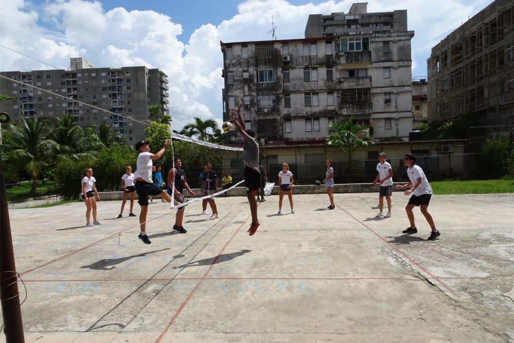 Volleyball auf Kuba: Solche unbeschwerten Momente erleben die Kinder gerade nicht.
