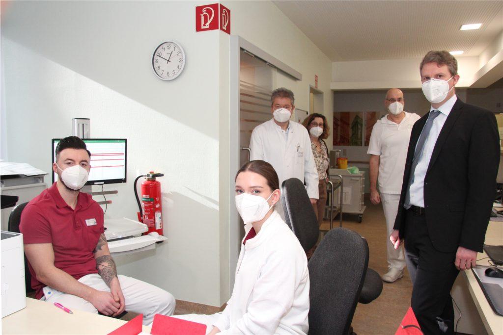 Gerhard Glock (r.) wünschte dem Impfteam am Donnerstag einen guten Start.