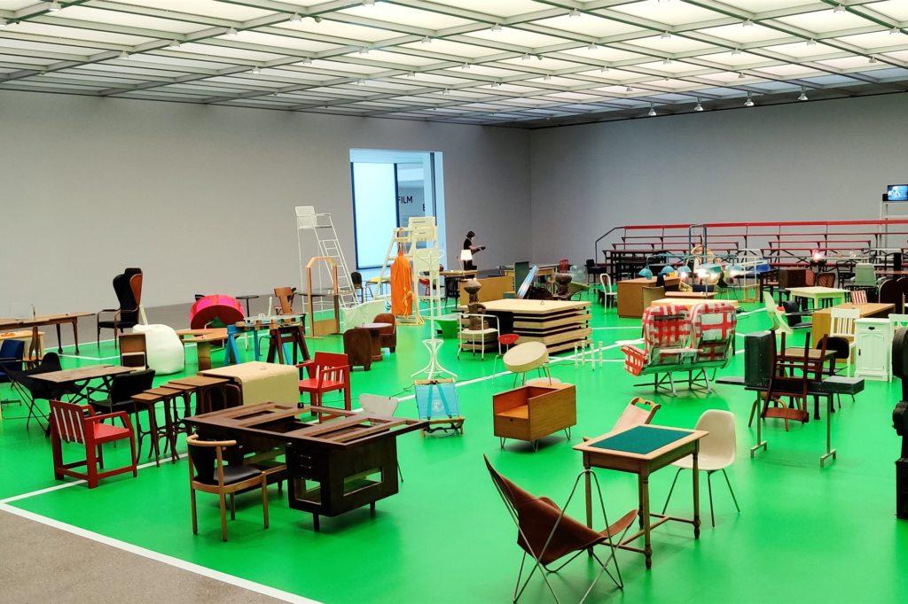 Vier Wochen dauert der Aufbau der Installation. Als Material für die Fläche wählte das Museum einen grünen Tanzboden.