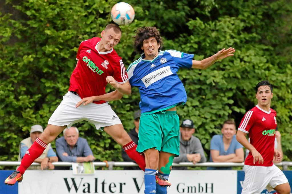 Viktor Schumacher (l.), hier noch im Trikot des SV Brackel, verstärkt den FC Nordkirchen.