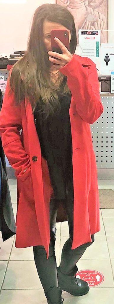 Birgit Schachtsiek bietet ihre Mode per Facebook und WhatsApp an. Der Online-Verkauf sei sehr aufwändig, sagt sie.