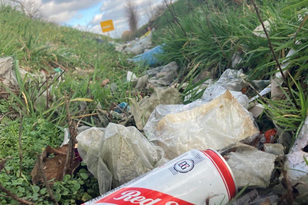 Bierdosen, Plastikverpackungen und Verpackungsmüll von Fastfoodketten im Straßengraben sind nicht nur unansehnlich, sondern gelangen nach und nach so auch in den Boden und das Grundwasser.